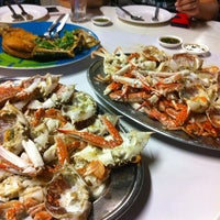 Photo taken at Ruangrit Seafood by Sydney T. on 4/7/2013