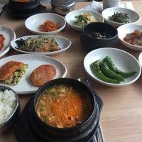 Photo taken at 하늘빛 우렁쌈밥 by Sohee K. on 7/29/2017