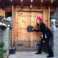 Photo taken at Bukchon Traditional Crafts Center by SassY-Yuii S. on 12/4/2013