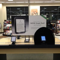 Photo taken at Barnes & Noble by Trim K. on 2/19/2013