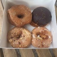 Das Foto wurde bei Brammibal's Donuts von Sally H. am 6/20/2017 aufgenommen