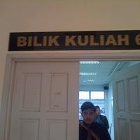 Photo taken at bilik kuliyah 6 by Syamil R. on 12/31/2014
