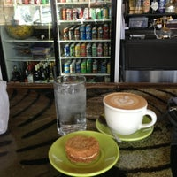 Foto tomada en Double Trouble Caffeine & Cocktails por Stacey H. el 2/17/2013