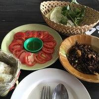 Photo taken at ลาบเมืองป้าว by Mangnღi Nღi on 9/17/2016