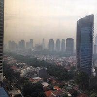 Photo taken at Azure at Mandarin Oriental, Jakarta by Lewis G. on 1/20/2015