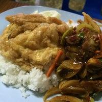 Photo taken at ร้านอาหารตามสั่งน้าสาวปากพนัง by Isara S. on 5/22/2014