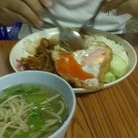 Photo taken at ร้านอาหารตามสั่งน้าสาวปากพนัง by Isara S. on 4/18/2013
