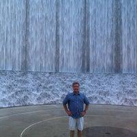 7/26/2013 tarihinde Marcie O.ziyaretçi tarafından Gerald D. Hines Waterwall Park'de çekilen fotoğraf