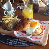 Foto tomada en Burger Bar Joint por Omar A. el 10/13/2013