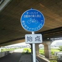 Photo taken at 鶴見川青少年サイクリングコース始点 by 秋雄 玉. on 8/13/2012