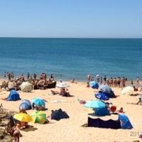 Foto tirada no(a) Praia dos Gémeos por Alexandra em 7/15/2012