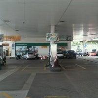 Photo taken at Posto Planalto (BR) by Romulo M. on 5/18/2012