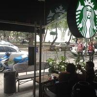 Foto tomada en Starbucks por Paola N. el 6/6/2012