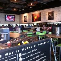 3/13/2012 tarihinde Bonnie S.ziyaretçi tarafından Hopdoddy Burger Bar'de çekilen fotoğraf