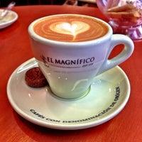 6/14/2013 tarihinde S.kippziyaretçi tarafından Cafés El Magnífico'de çekilen fotoğraf