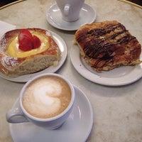 Das Foto wurde bei Café Succès von Natasha B. am 10/24/2014 aufgenommen