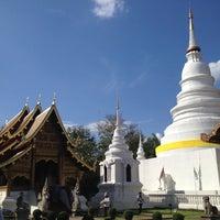 Foto tirada no(a) Wat Phra Singh Waramahavihan por Uptomaew U. em 11/24/2012