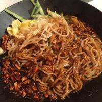 Foto scattata a Tasty Noodle House da gina 🌸 千. il 9/13/2015