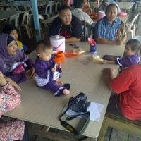 รูปภาพถ่ายที่ Kelong Restaurant Aneka Rasa โดย Halim I. เมื่อ 8/10/2013