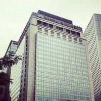 Photo taken at Mandarin Oriental, Hong Kong 香港文華東方酒店 by Hyung-Jin J. on 12/1/2012