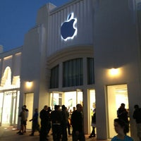 Photo taken at Apple Lincoln Road by Markus Z. on 3/27/2013