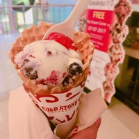 Photo taken at Cold Stone Creamery by LinLin on 7/7/2017