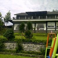 Photo taken at Villa Omah Gunung Puncak by Shandy K. on 3/3/2012