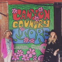 Photo taken at Laurel Canyon Country Store by Peter Q. on 9/7/2016