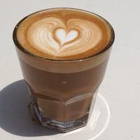Das Foto wurde bei Houndstooth Coffee von Linzy B. am 5/11/2013 aufgenommen