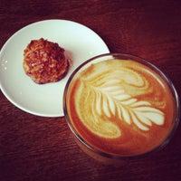 Foto tomada en Prodigy Coffee por Peter S. el 10/11/2013