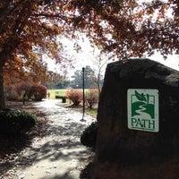 Das Foto wurde bei Chastain Park Walking Path von Marisa S. am 11/21/2012 aufgenommen