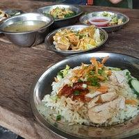 Photo taken at Fatty Loh Chicken Rice (大肥羅雞飯) by Andrew K. on 7/14/2016