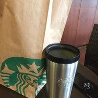 Foto tirada no(a) Starbucks por anne t. em 7/21/2017