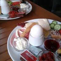 12/2/2012 tarihinde Yunus Emre Ş.ziyaretçi tarafından Baal Cafe & Breakfast'de çekilen fotoğraf