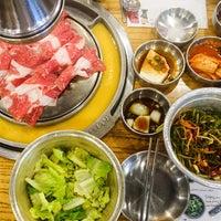 Photo prise au Baekjeong NYC par Foodie B. le5/25/2015