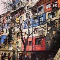 Das Foto wurde bei Hundertwasserhaus von Voyagique am 3/10/2013 aufgenommen