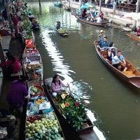 Photo taken at Damnoen Saduak Floating Market by chokelive s. on 11/25/2012