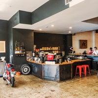 Das Foto wurde bei Flat Track Coffee von Jeremy W. am 7/26/2016 aufgenommen
