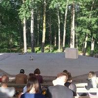 Foto tirada no(a) Mustikkamaan kesäteatteri por Tiina R. em 7/29/2015