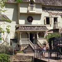 Das Foto wurde bei Mysterious Mansion von Monica B. am 4/24/2014 aufgenommen