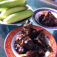 Photo taken at Rumah Makan ELLA - Spesial Bebek Goreng Pedas by Donatello on 1/17/2015