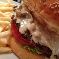 Foto scattata a Whoopi Gold Burger da aquillar il 2/17/2013