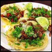 Das Foto wurde bei Tacos La Banqueta von Dallas Foodie (. am 3/29/2013 aufgenommen