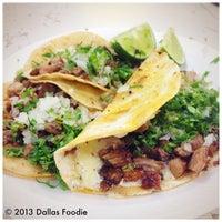 Das Foto wurde bei Tacos La Banqueta von Dallas Foodie (. am 10/10/2013 aufgenommen