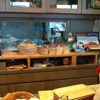 Photo taken at 海の観えるパン屋さん ワンこぱん by てつ ★. on 12/28/2012
