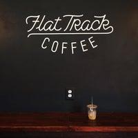 Das Foto wurde bei Flat Track Coffee von Keeg 🌴 am 6/25/2015 aufgenommen