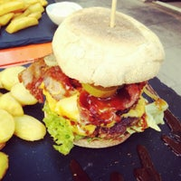 Das Foto wurde bei Dulf's Burger von moeffju am 8/29/2014 aufgenommen