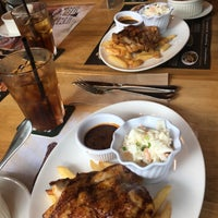 Photo taken at Morganfield's by Leslie C. on 8/11/2017