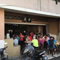 Photo taken at Restoran Hwa Mei 美华肉骨茶 by Leslie C. on 6/12/2016