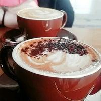 รูปภาพถ่ายที่ Two Cups Coffee โดย Tolga K. เมื่อ 4/6/2017